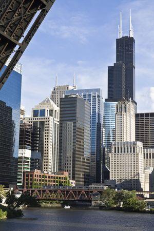 windy city: Chicago, IL visto desde debajo del puente
