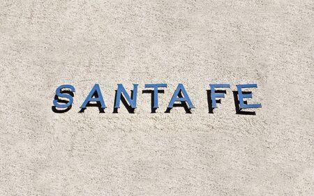 adobe wall: Santa Fe segno sulla parete di adobe