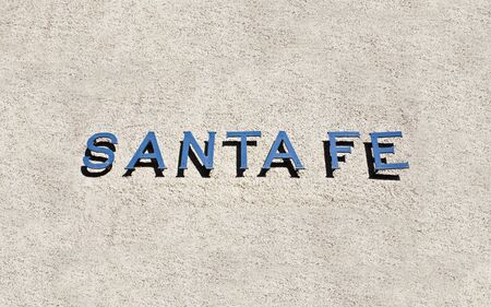 fe: Santa Fe Welcome SIgn on the adobe wall Stock Photo