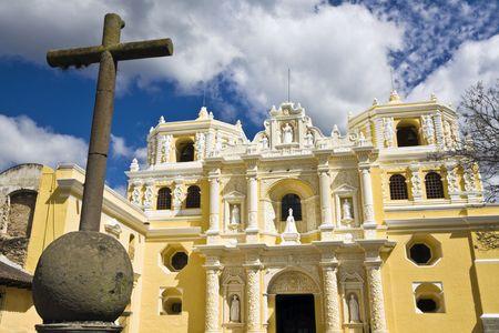 la: Cross vor La Merced in Antigua Lizenzfreie Bilder