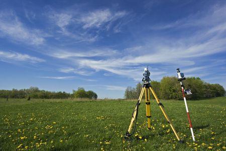 theodolite: Instrumento en el campo - agrimensura primavera.