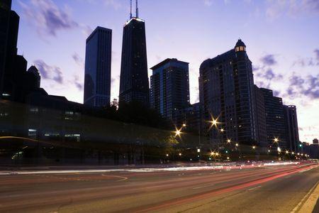windy city: El tr�fico en Lake Shore Drive en Chicago, IL. Foto de archivo
