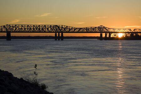 tennessee: Puesta de sol por el r�o Misisipi - Memphis, Tennessee.