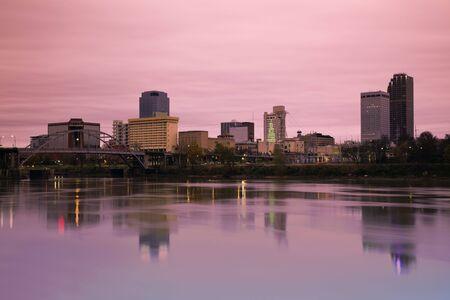 アーカンソー州リトルロックでの日の出。朝の時間。