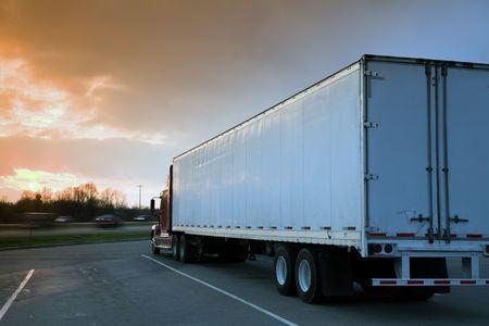 carga: Semi Truck aparcadas en el �rea de descanso. Tiempo Sunset - filtro de tabaco se gradu� utilizado.  Foto de archivo