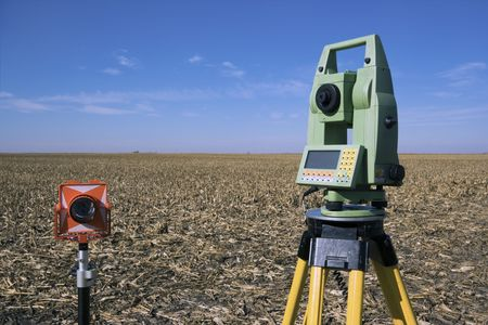 teodolito: Equipo de prospección en el campo - caen a tiempo.  Foto de archivo