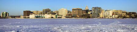 frozen lake: Panoramische ochtend - Madison, Wisconsin. Van bevroren meer Monona gezien.