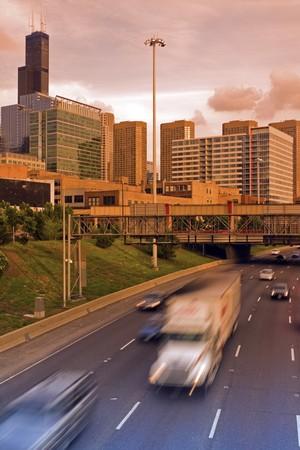 windy city: Tr�fico por la noche en Chicago, Illinois, Estados Unidos.
