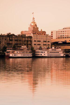 Savannah, Georgia, USA - City hall, barcos de vapor y el río. Tomar con filtro de tabaco. Foto de archivo - 8681065