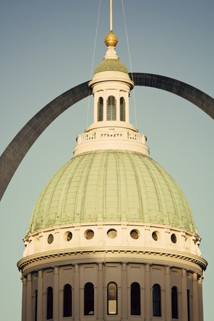 st  louis arch: Old courthouse and the Archway in downtown of St. Louis - late afternoon