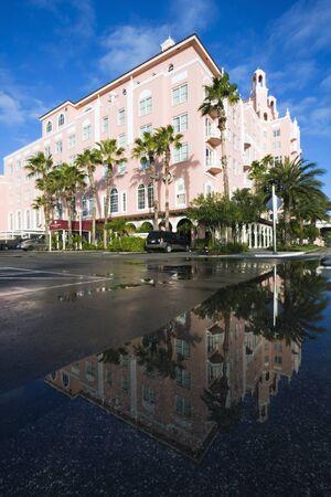 st  pete: St. Pete Beach, Florida - 26 dicembre 2008: Don Cesar Hotel a St. Pete Beach riflessa nell'acqua. Preso mattina d'inverno.