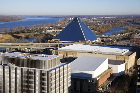 Memphis, Tennessee - 28 de noviembre de 2009: Panorama aéreo de Memphis, Tennessee. El Pyramid Arena y el río Misisipi en la espalda.