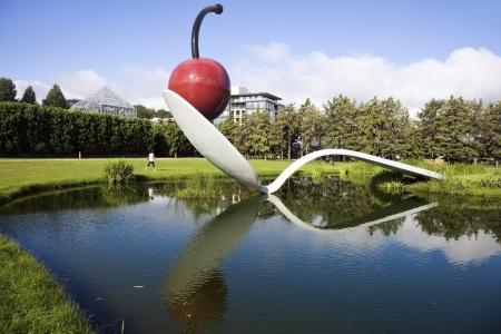 Minneapolis, Minnesota, Verenigde Staten - July 06, 2010: Spoonbridge en Cherry in Minneapolis Sculpture Garden - de sculptuur, ontworpen door Oldenburg en Van Bruggen. Redactioneel