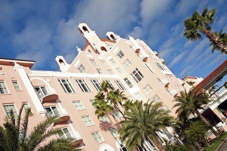 st  pete: Don Cesar Hotel a St. Pete Beach riflessa nell'acqua. Preso mattina d'inverno.