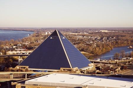 Memphis, Tennessee - 28 de noviembre de 2009: panorama a�reo de Memphis, Tennessee. La Pyramid Arena y el r�o Mississippi en la espalda. Foto de archivo - 10484338