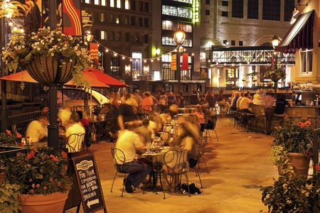 milwaukee: Milwaukee, Wisconsin, USA, People dining at the front of Milwaukee River in Rock Bottom restaurant in downtown of Milwaukee. Seen during summer evening. August 15, 2011