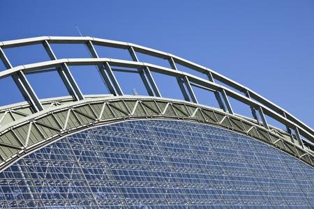 からりと晴れた夏の日の中に見られる青い空を見てミラー公園の屋根。ミラー パークは 2001 年に建てられた、ミルウォーキー ・ ブルワーズのため