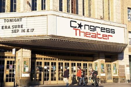 2135 N. ミルウォーキー アベニュー シカゴで議会劇場の前を歩いて人々 にあります。1926 年に建てられた、4500 人の能力を持っています。夕方を見た