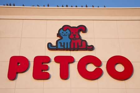 cat grooming: Pigeons seating on the top of the building occupied by Petco - seen on the wall of the building in Chicago. Petco is the retailer of pet food and accessories. Offers also grooming and pet training. The company was founded in 1965. Chicago, Illinois, USA S