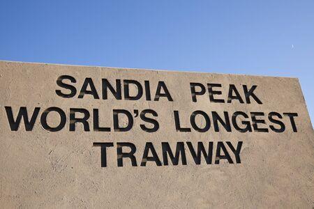 adobe wall: Longest Sandia Peak Tramway mondo segno sul muro di mattoni contro il cielo blu. Il servizio � iniziato nel 1966 e fa oltre 10000 viaggi ogni anno. Visto durante il pomeriggio caduta. Albuquerque, New Mexico, Stati Uniti d'America 1 Ott 2011 Editoriali
