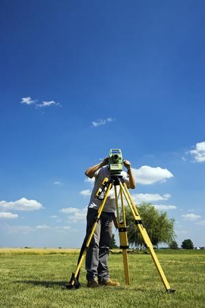 theodolite: Dietro Teodolite - Land Surveying in zona rurale.
