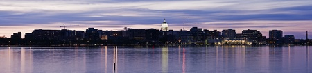 Panoramisch Madison, Wisconsin. Downtown gezien over Lake Monona.