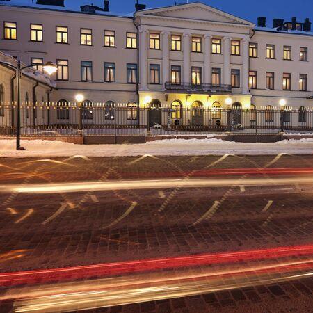 Traffic by Presidential Palace in Helsinki Редакционное