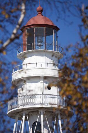 lake michigan lighthouse: Rawley Lighthouse Point por el lago Michigan en Wisconsin. Visto desde el bosque. Editorial