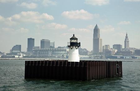 windy city: El centro de Cleveland, Ohio visto desde el lago Erie con el faro Foto de archivo