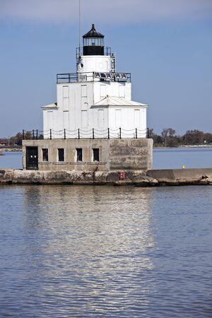 lake michigan lighthouse: Faro en Manitowoc, Wisconsin, en la tarde de oto�o.