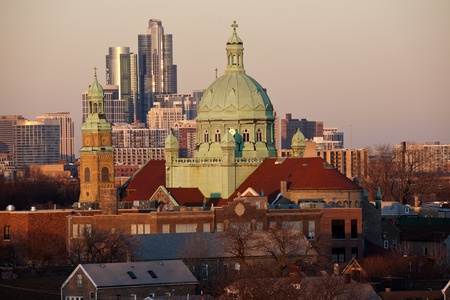South Side Chicago church and downtown buildings in the background Stockfoto