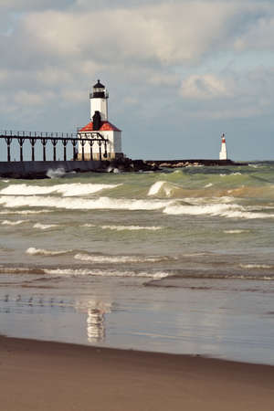 lake michigan lighthouse: Faro en Michigan City, Indiana. Lago Michigan.