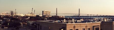 carolina del sur: Panorama de la madrugada de Charleston, Carolina del Sur - Arthur Ravenel Jr. Bridge en segundo plano