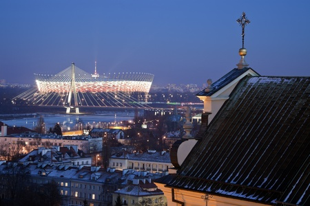 2012 年 1 月 29 日 - ワルシャワ、ワルシャワ、ポーランドの国立競技場。スタジアムは 2012 年 1 月 29 日開設UEFA ユーロ 2012年の中に開幕戦を開催するそうです。オブジェクトの容量は、58500 です。Swietokrzyski 橋で冬の夜を見て、 写真素材 - 12993371