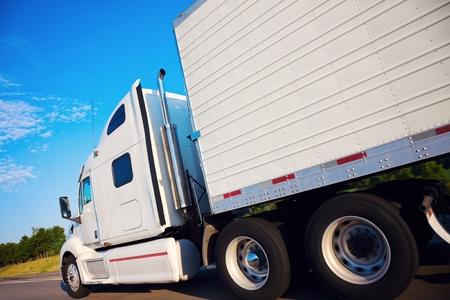 セミトラックの運動 - ネブラスカ州高速道路で見られる