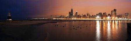 lake michigan lighthouse: Colorido atardecer en Chicago - vista panorámica desde el lado norte