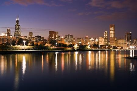 windy city: Colorido atardecer Chicago y el lago Michigan Foto de archivo