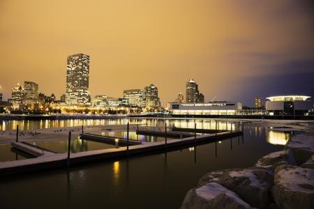 Winter zonsondergang in Milwaukee gezien vanaf de oever van het meer Stockfoto