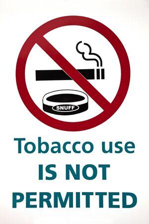 tabaco: El consumo de tabaco no está permitida la muestra en el fondo blanco.