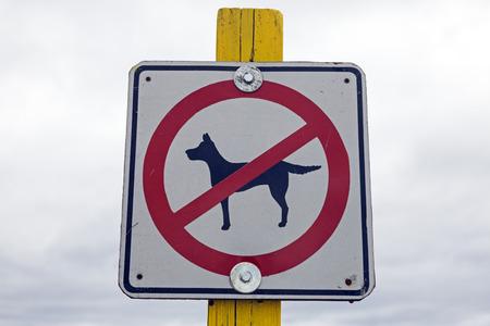 Accès interdit aux chiens - signe sur la plage dans le Wisconsin Banque d'images - 26140137