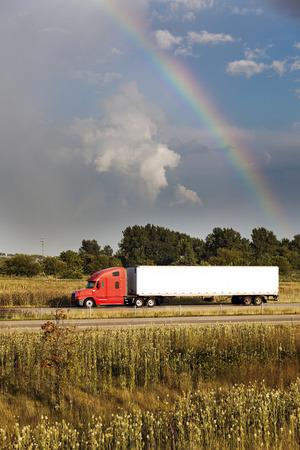 cape mode: Semi LKW-Fahren unter dem Regenbogen - in Illinois gesehen. Lizenzfreie Bilder