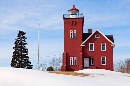 lake michigan lighthouse: Two Harbors Faro invierno. Two Harbors, Minnesota, EE.UU.