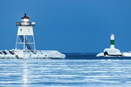 lake michigan lighthouse: Faro de Grand Marais. Grand Marais, Minnesota, EE.UU.