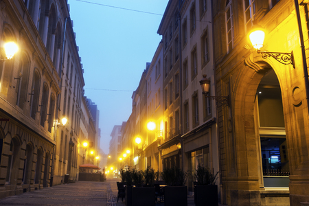 Straten van Luxemburg bij zonsopgang. Luxemburg Stad, Luxemburg.