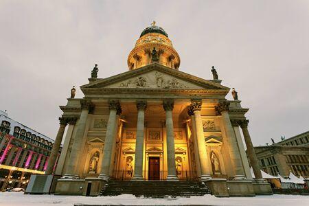 dom: Dom allemand pendant le lever du soleil d'hiver. Berlin, Allemagne