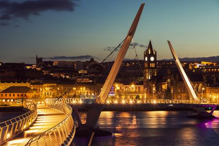 デリーの平和大橋。デリー、北アイルランド、イギリス。 写真素材