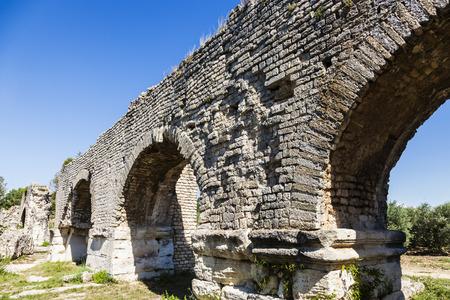 d'azur: Aqueduc Romain de Barbegal. Fontvieille, Provence-Alpes-Cote dAzur, France.