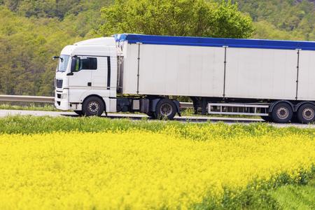 Semi vrachtwagen rijden in Toscane. Toscane, Italië. Stockfoto - 74299385