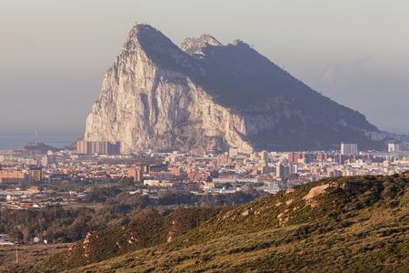 ラ リネア デ ラ コンセプシオンから見たジブラルタルのパノラマ。ラ リネア デ ラ コンセプシオン、アンダルシア、スペイン。