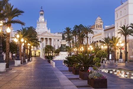 サン・ファン・デ・ディオス広場のカディス市庁舎。カディス、アンドラルシア、スペイン。